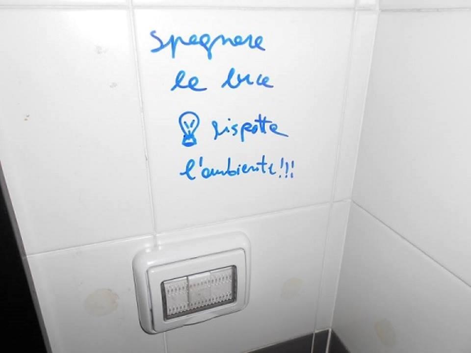 Pensieri, citazioni e annunci: i muri dei bagni pubblici come ...