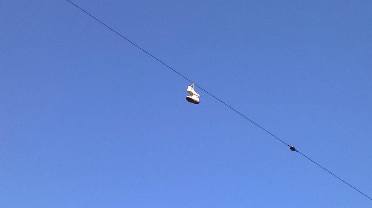 scarpe sui fili della corrente