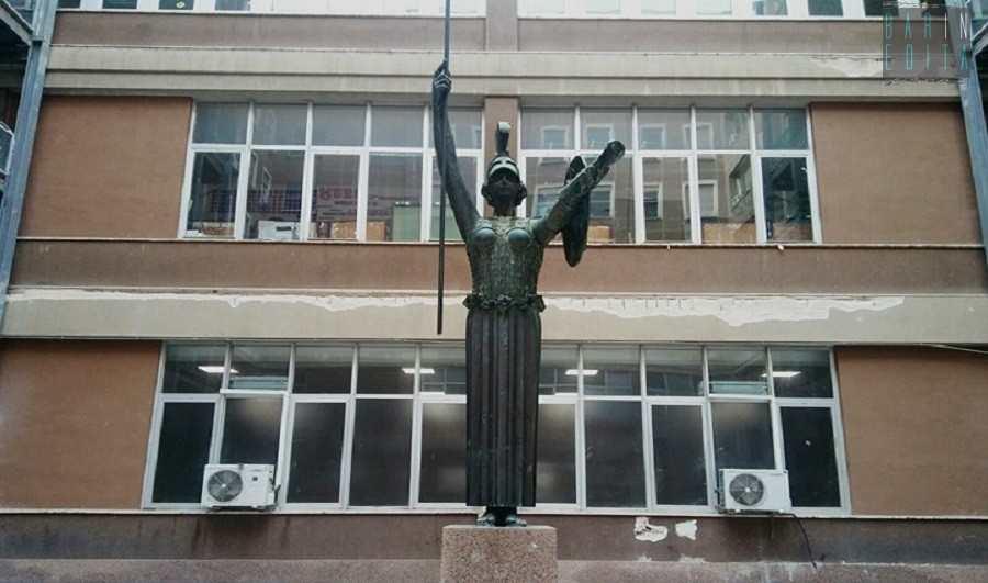 La Credenza Bari : Università e scaramanzie «ti vuoi laureare non fissare la statua