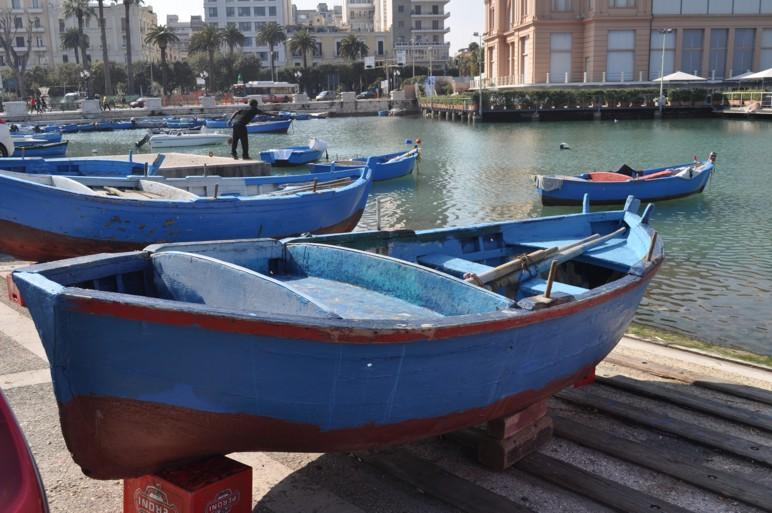 Il gozzo antica e colorata barca a remi una moglie per for Barca a vapore per barche da pesca