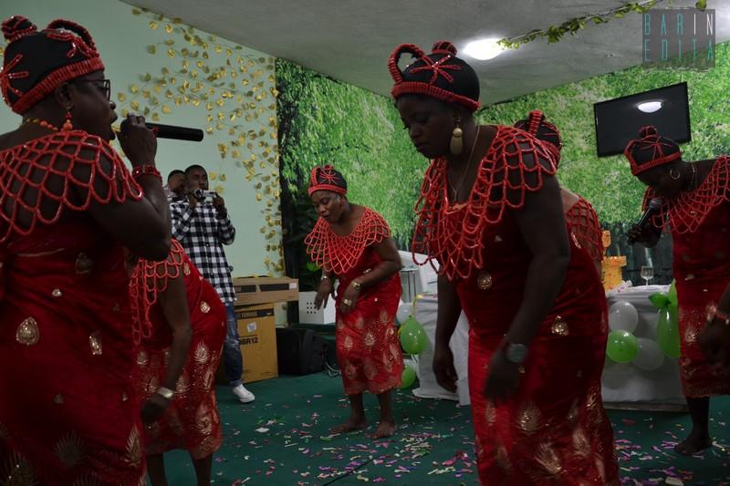 Colori balli canti e preghiere di guarigione viaggio - Nigeriane a letto ...