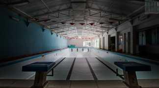 """Una vasca vuota profonda 3 metri e mezzo: e cio che resta della storica """"Acquaviva Nuoto"""""""