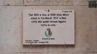 Bari Aldo Moro non visse li: la targa in onore del politico messa nel posto sbagliato