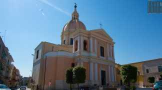 """A Giovinazzo c'e una """"piccola San Pietro"""": il cupolone rosa di Sant'Agostino"""